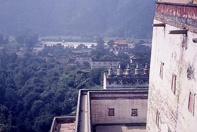 北京から北東へ250キロ、清の乾隆帝の時代に完成した広大な離宮。避暑地として造られた。周りに万里の長城のような城壁が築かれている。広い池も掘って造られたという。その周りに外八廟といわれる小ポタラ宮(普陀寺)などがある。