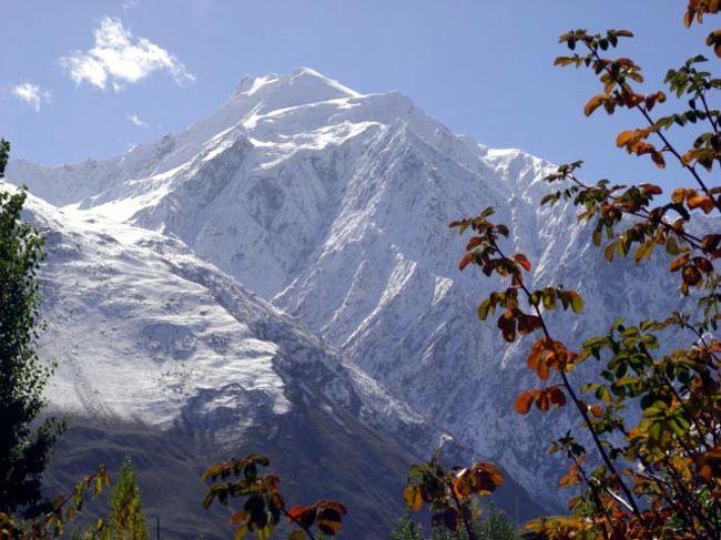 大自然の旅もだいぶ歩いてきた!<br />今年は五大陸制覇!今回の旅は大自然の究極の地に巡り会った感じがした。よくもこんなに美しい処があるものだ!と。<br />360度全方位、7-8,000m の山々に囲まれて光り輝く冠雪と紅葉<br />正に、パキスタンの秘境、桃源の里 と言えよう・・・<br />しかし、極悪な山間屈曲路のカラコルムハイウエーを14時間も<br />耐えて耐えてやっと辿り着く処だ。並みの場所ではない!<br />この苦しさがあって最高の感動が待っている・・・<br />歩いてみないと分からない。それがまた旅の面白さであり、<br />奥の深いところ・・また行きたくなる!素晴らしい所だ・・!<br />今回もまた、感動の連続に、生きている実感を得る!・<br />やはり旅は楽しい! <br /><br />詳細は<br />http://yoshiokan.5.pro.tok2.com/<br />旅いつまでも・・★画像 旅行記<br /><br />をご覧下さい。