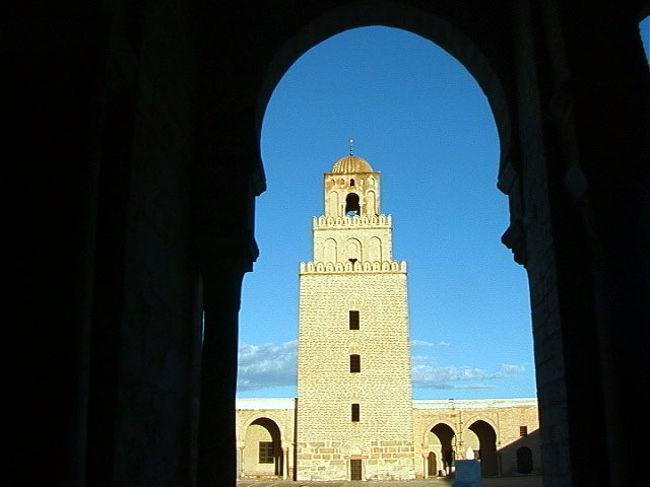 イスラム圏の旅が続いている。これ程奥が深く面白い旅はない。<br />政情の不安定さはすぐそこまで来ているのだが・・・。<br />周囲の人々が心配するほどの危機感はない。案ずる間があれば旅は充分に出来るのである。<br />このチュニジアのバルドー博物館には世界一のモザイクタイル画が収蔵されている。併せて40,000年前の人骨が展示されているのだ。これはこれは驚きであった!<br />また地中海に面した街々は、青い空、蒼い海、立ち並ぶ白壁の家々、チュニジアンブルーの扉や窓枠、ブーゲンビリアやハイビスカスの赤い花・・これらのコントラストは実に美しい! お洒落な・・素晴らしい所だ。<br />想像しただけでも目に浮かぶが・・行って見ないとこの感激は得られないだろう・・・やはり旅は楽しい!<br /><br />詳細は<br />http://yoshiokan.5.pro.tok2.com/<br />旅いつまでも・・★画像 旅行記<br /><br />をご覧下さい。<br /><br />本文は <br />http://yoshiokan.5.pro.tok2.com/tunis/nori137tuni.html<br />チュニジアの旅をご覧下さい。<br />