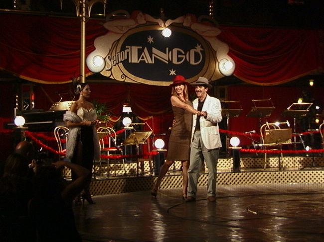 ブエノスアイレスの夜は、何といっても本家本元のタンゴを聴いたり、踊りを見たい!ここセニヨール・タンゴはNO.1の店だ! クリントン元米大統領も訪れた店だとか。20:30頃から夕食をとり、22:00からショーが始まった。中央の円形舞台を取り囲んだ形で客席が1,400席。ショーは華麗なダンスにはじまり、歌手の独唱やフォルクローレ、年老いたバンドマスターによるタンゴ演奏など多彩な内容で充分に堪能できた。素晴らしいショーだった!<br /><br />詳細は<br />http://yoshiokan.5.pro.tok2.com/<br />旅いつまでも・・★画像 旅行記<br /><br />をご覧下さい。<br /><br />本文は <br />http://yoshiokan.5.pro.tok2.com/nanbei/nori138nanbei.html