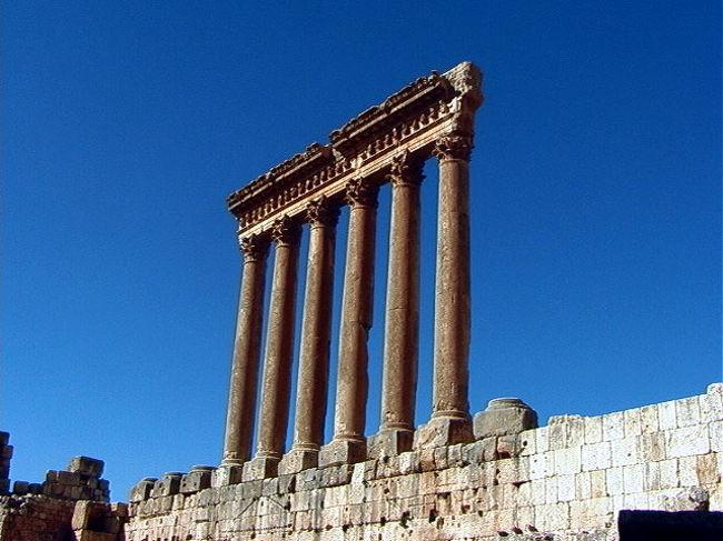 レバノンのバールベック神殿はベイルートの北東86Kmに位置し、ベカー高原のほぼ中央にある。フェニキアの豊穣の神バールに由来し、天地を創造する神ジュピター、酒神バッカス、愛と美の女神ビーナスに捧げられた3つの神殿からなっている。ローマ帝国によって作られ、中でも最初に建てられたゼウス神殿はギリシャ文化と東洋文化の融合されたヘレニズム文化の代表作といわれる。まだ観光客は少ないが、その壮大なスケールと流麗な建築様式は見る者を引き付け圧倒させる。必見の価値あり。<br /><br />詳細は<br />http://yoshiokan.5.pro.tok2.com/<br />旅いつまでも・・★画像 旅行記<br /><br />をご覧下さい。<br /><br />本文は <br />http://yoshiokan.5.pro.tok2.com/meast/nori136rsy.html<br />レバノンの旅をご覧下さい。