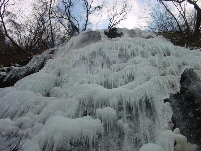凍っている滝を見たことありますか?まさに神秘的な世界です。松山から車で40分程のロケーションで、滝の入口まで以前より道も広くなり行きやすいのですが、注意すべきは冬季でもよほど冷えないと凍りません。また途中から雪道になっていることもあるので気をつけて下さい。<br />地元の人はこんな風に行きます。