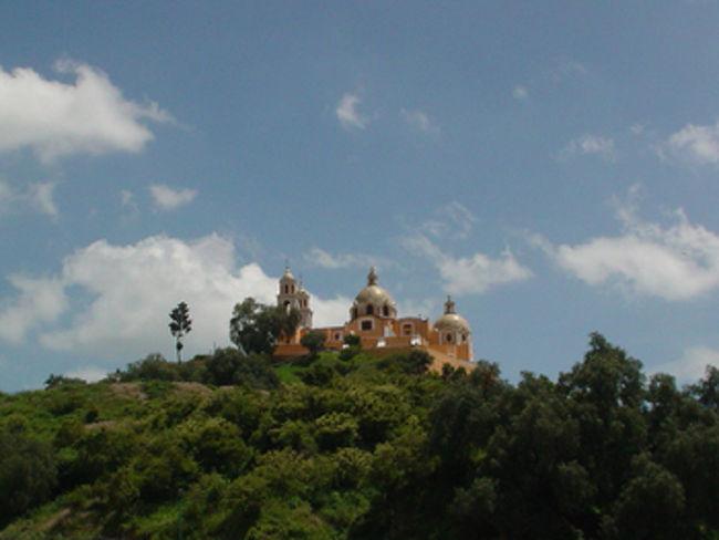プエブラから車でチョルーラに行ってきました。山の上にはお洒落なオレンジ色の教会があり、その下には山に隠された遺跡がありました。はじめてのチョルーラで、インディジョーンズみたいに遺跡の中を歩いてきました~。