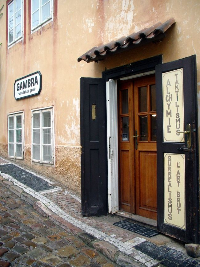 チェコ旅行の際に『ガンブラ・シュルレアリスティカ・ギャラリー』(ヤン・シュヴァンクマイエルの自邸でもある)を訪問しました。このギャラリーは、1992年にオープンした新旧チェコ・シュルレアリスト作家の作品を扱う専門ギャラリーです。セラミックやオブジェ、絵画やコーラジュ、その他貴重なカタログや関連書籍等が所狭しと並んでいます。ヤン・シュヴァンクマイエルやエヴァ・シュヴァンクマイエロヴァーの作品も多く飾られているので、シュヴァンクマイエル好きなら一度は訪れたい場所だと思います。<br />行けないけどどんな空間になっているのか気になっている方もいるかと思いますので、ギャラリー内の写真を多数アップしてみました。また、これから行く予定の方の何らかの参考になればよいなと思い、実際に辿ったルートの画像もアップしました。雰囲気だけでも味わって頂けると幸いです。<br /><br />※写真の無断転載は禁止です。<br />※ギャラリー内での写真撮影は許可を得ています。<br />※ギャラリー内の写真は解像度を下げてあります。