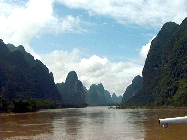 古代より「桂林の山水は天下一」と称されて、悠然と流れる漓江沿いにできた町である。人口は約65万人であるが、観光客は年間1,000万人にも上るそうだ。その山水画のような風景は多くの人達から愛された。この地域は3億年前は海底であったが、地殻変動で隆起した石灰岩が風雨に浸食されて不思議な形の奇峰となった。幾重にも連なる山々は様々な表情をみせてくれる。因みに浸食された山は125,700ヶ所あるそうだ。