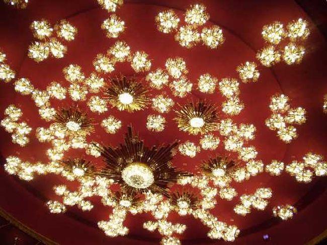 抜きぬけのロビー、赤い絨毯。<br />ちょっと気取って、コンサートを聴きに行きたい・・・<br />1階にコンサートホール、オペラハウス、アイゼンハウワー劇場を擁し、最上階にはレストランと、「小ホール」テラス・シアターがある。<br />暖かい季節には、ポトマック川沿いの景色を臨む、グランド・ホワイエのテラスを歩いてみると気持ち良いかも。<br /><br />写真は、オペラハウスのシャンデリア。<br />オーストリアから贈られた、ロブマイヤー・クリスタル製。<br />ちなみに、このシャンデリアを模したオーナメントが、<br />ギフトショップに売っています。<br /><br />