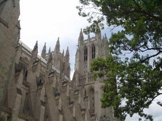 14世紀イギリス・ゴシック様式で建てられた「最大にして最後」といわれる大聖堂。1907年定礎、1975年献堂、1990年完成。聖公会の主教座ですが、初代大統領の「宗派を超えた大聖堂」の構想どおり、9.11の追悼ミサや、R.レーガン元大統領の国葬に、他宗派・他宗教の代表者も出席していたのが印象に残っています。<br />内部は、ステンドグラスが見事。一つ一つ、パンフレット(日本語あり)と照らし合わせて見学すると、「アメリカ人にとっての、歴史上重要な出来事とは何か」が分かり、興味深いです。