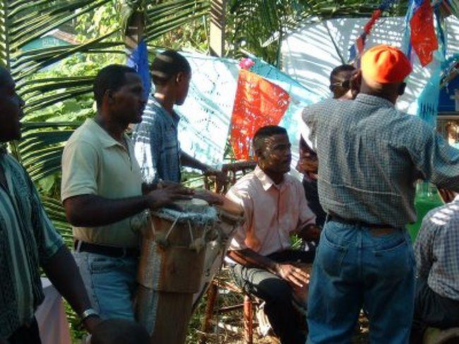 このVILLA MELLAという町は伝統音楽の盛んな町としてドミニカ共和国のみに留まらず世界にその名を広めています。なぜかというとユネスコの「人類の口承及び無形遺産の傑作宣言」に指定されているからです。<br />その音楽を求めてVILLA MELLA へ行ってきました。<br /><br />スペイン語でLa Cofradía de los Congos del Espítu Santo<br />英語ではThe Cultural Space of the Brotherhood of the Holy Sprit the Congos of villa mella <br />コンゴス ビラメラの精霊信仰の文化的空間と呼ばれるものです。<br />(注 VILLA MELLAのスペイン語の音に近く表現すれば<br />ビジャ メジャですが、日本ではビラメラと記載されて<br />いるのでそのまま記載します)<br /><br />以下は世界遺産の説明文をそのまま記載します<br />何千人もの人々が参加する精霊とロザリオを祝福する伝統的儀式においてこの精霊信仰は中心的な役割を果たしている。儀式の間に彼らは伝統的な21曲の歌を演奏し、その儀式を一層荘厳なものにしている。<br /><br />さて、今回その儀式とは違うのですが彼らの音楽や踊りにふれる機会があったので紹介します。<br /><br /><br />