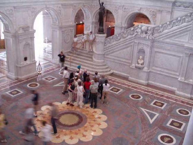 大理石の列柱に、<br />モザイク・壁画がちりばめられた、<br />知性の殿堂。<br />グーテンベルクの聖書も<br />展示されている。(撮影禁止)<br /><br />利用方法はこちら http://www.geocities.com/cembalonko2002/library.htm