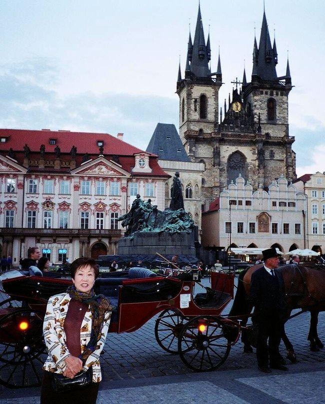 ←◆『プラハの旧市街広場にて?母親♪』<br />2003年8/30?プラハ&ウィーンに行きました!9/6土の19時頃到着しましたが、私達の荷物はPARISの空港で置去りにされたらしく(笑)荷物は日曜夕方に到着しました(もう1日遅れるとお金が出るらしい)<br /><br />腐る物も無いから楽チンでしたけど(笑)翌朝から無事に出社しました!あっちは昼間は20度前後、夜は10度前後と結構寒かったッス!寄る年波のせいか?時差ボケか?充分に寝ても11時から既に眠い(笑)<br /><br />2001年から東欧を目指してたんですが、その時点でビザ不要だったのはハンガリーだけで、2001年はイタリア&ブダベストにして、翌2002年やっとチェコもスロバキアもビザ不要となったのに、8月プラハは大洪水!<br /><br />仕方なく2002年は「ガウディーYearのスペイン」に急遽変更しましたが「通常は非公開」のガウディのカサ・ミラやカサ・バトリョの建物内部を見学出来て凄くラッキーでした!で、2003年、今度こそって感じで「3年越しのプラハ」となったワケ(笑)<br />ーーーーーーーーーーーーーーーーーーーーーーーーーーーーーーーー<br />☆☆☆ 9月『初秋のプラハ&ウィーン8日間の旅』 ☆☆☆<br />8/30土 成田*AF273便21時55分→Paris04時15分 <br />    Paris*AF1382便07時15分→Prag09時20分<br />8/31日*月曜休館のプラハ城やプラハ美術館中心に満喫!<br />          ★★★★★インターコンチ・プラハ泊155Er<br />9/1月*プラハ2日目、旧市街やマナーストラナetc・・<br />          ★★★★★インターコンチ・プラハ泊155Er<br />9/2火*9時頃、プラハ→ブラチスラバ電車移動<br />           ★★★★ブラチスラバHドナウ泊16.800円<br />9/3水*ブラチスラバ→ウィーンに電車移動<br />    初秋のウィーンと本場ウィンナーカフェを堪能<br />        ★★★★★ウィーン・インターコンチ泊145Er<br />9/4木*夕方の17時頃までウィーン観光後、ミラノへ移動<br />   E-Pass*OS-0517(Malpensa)20時00分→21時35分<br />               ★★★★Hミケランジェロ泊 20.700円<br />9/5金*夕方の17時頃までキアッソで買物後、空港へ移動<br />         *MilanAF9811便20時10分→Prag21時40分<br />9/6土 Paris経由*AF0274便23時25分→成田18時00分着