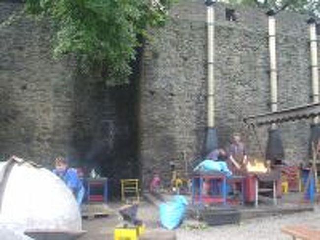 ヘルシュティーン城では、<br />夏をはさんで半年間いろいろな催しが行われる。<br /><br />例えば「中世の市場」では昔風の製品を作って販売する。<br /><br />「ヘファイストン」と呼ばれる鍛冶屋さんのお祭りは今では<br />世界的に有名で、芸術家が集まり、鍛冶作品を制作して展示<br />販売する。<br /><br />中世の戦いを再現する催しにも大勢の人々が集まる。<br /><br />お城の名前の由来は、「防御する岩」<br />(注意:中世ではラテン語かドイツ語がおもに使われていた)<br /><br />詳しくは:<br /><br />http://www.geocities.jp/fujimotoksa/history#1103