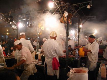 野菜の味がしっかりしていて、なかなか美味しいモロッコ料理。<br />煮込み料理が主なので(少なくともレストランでは)、グルメには冬がいい国かも。<br />料理の種類はあまり多くないので「クスクスとタジン以外のものはないの?」と言う旅行者もいる。<br /><br />19年末は砂漠で初日の出を見るため、6年ぶりにアトラス越え。<br /><br />写真はマラケシュのフナ広場。<br />初めてのときは、毎晩お祭のような雰囲気に圧倒されるけれど、すぐ慣れる(笑)。<br /><br />※スイーツ・ドリンク編は別冊にしています。<br />http://4travel.jp/travelogue/10848649<br /><br />訪問8回(03年、04年、06年、09年、13年、15年、17年、19年)
