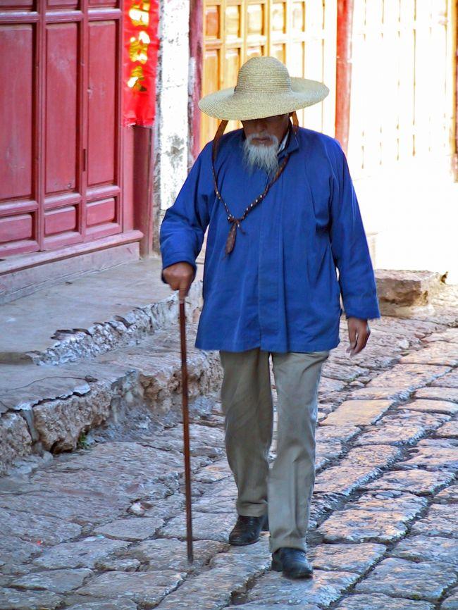 雲南省、昆明からチベット、ラサまで四駆でトレッキングをしながらの旅です。<br /><br />14:15〜16:00       麗江旧市街の観光<br />万古楼へ<br />96年水を流す→馬糞(茶馬古道)<br />四方街→ユネスコのチェック→店がなくなる<br /><br />