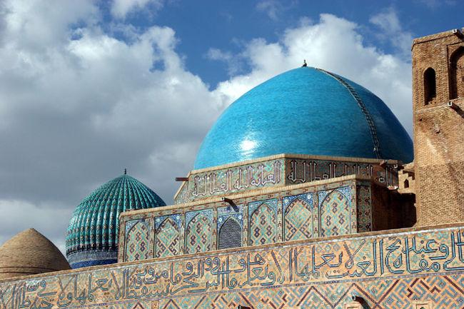 世界遺産 コジャ・アフメド・ヤサウイ廟<br />1395年チムールの命令で建てられた。高さ44m、ドームの直径22mと、現在中央アジアにに残っている歴史的建造物としては最大級のもの。ブルーの鮮やかなトルコ石のドームは美しい。内部は大小15の部屋があり、大ホールには直径2mを越す聖杯とチムールの旗棒がある。名前のコジャ・アフメド・ヤサウイは12世紀に活躍した高名なスーフィで詩人。イスラムの布教、定着に貢献した聖人。巡礼者が後を絶たない・・2003年世界遺産に登録。<br /> <br /><br />詳細は<br />http://yoshiokan.5.pro.tok2.com/<br />旅いつまでも・・★画像 旅行記<br /><br />をご覧ください。<br />