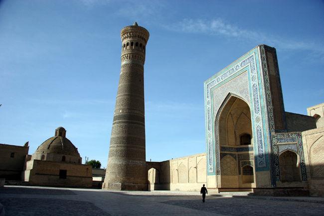 世界遺産 ブハラ歴史地区<br />ブハラは中央アジアのみならず、イスラム世界全体の文化的中心地として繁栄した町。ブハラでは、「光は地から差し、天を照らす」と一般とは逆の言い方になるほど特別な存在であった。ブハラの黄金期は9世紀のサーマン朝時代で優秀な宗教者や科学者や神学生などが集まって栄えたが、1220年のチンギス・ハーンの来襲で滅亡。その後16世紀に再び蘇ってモスクやメドレセが建造され栄えて来た。町中には昔の面影をそのままに観るべきものが沢山ある。<br /><br />詳細はhttp://yoshiokan.5.pro.tok2.com/を<br />参照下さい。