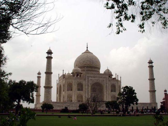 「タージ・マハールの百景」・・<br /><br />タージ・マハル。インドで最も人気が高い世界遺産。白い大理石で造られた宮殿のように見えるが皇帝が熱愛した妃の死を悼んで22年の歳月と莫大な資金(22兆円?)を注ぎ込んで造られたお墓である。基壇の大きさは95m四方、本体は57m四方、高さ67m、四隅の塔の高さは43mある。世界で最も美しい建物の一つである。年間150万人が訪れる。私も長年一目見たいと思っていたがやっと実現した。ほんとに美しい!これだけのお墓を建ててもらった女性は他にはいないだろう・・ <br /> <br />詳細は<br />http://yoshiokan.5.pro.tok2.com/<br />をご覧下さい。<br /><br />