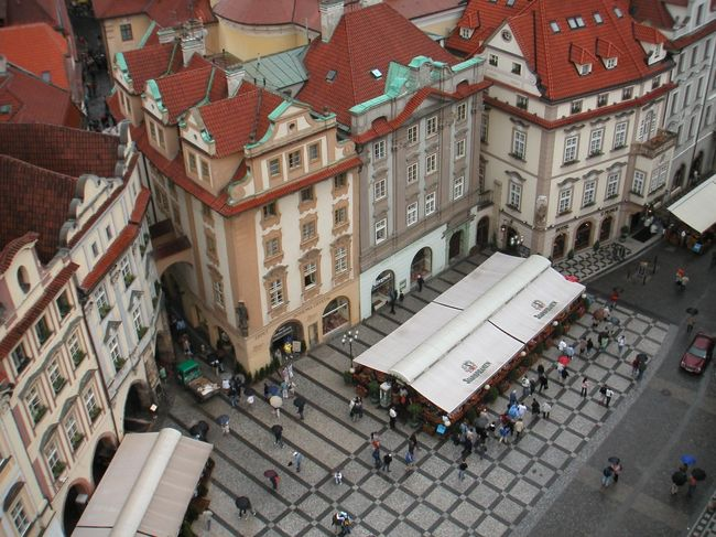 写真はプラハ旧市庁舎の展望台から<br /><br />プラハ、ウィーン、ブタペストで撮ってきたビデオで旅行記を作りました。面倒ですが下記にアクセスしてください。結構面白いですから。<br />→ http://yukio.lolipop.jp/HomeP%20Tooo%20video/index.htm