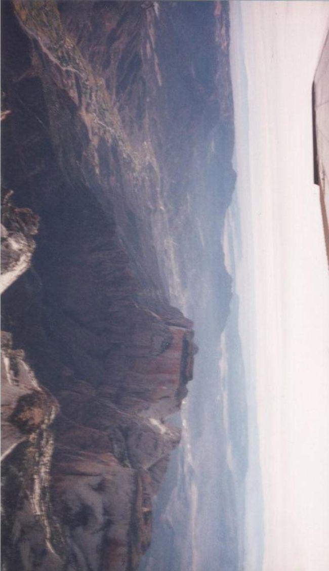 セスナをレンタルして、ザイオン、ブライスキャニオン上空を飛んだ時の写真です。一人で操縦しながら写真を撮ったのでブレが多い写真になってしまいました。
