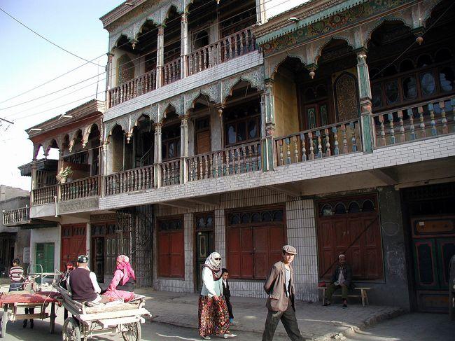 爺ぃのお母さんに会う為、新疆自治区莎車県(ヤルカンド)に向かいました。<br />当初予定していた西藏(チベット)行きを、急遽変更した上での渡航となりました。これがこの後、意外な結果を招く事となり、何か因縁めいた旅行となる事を、この時点では知る由も無し。<br />旅程は、上海→烏魯木齊→喀什→莎車を半日で現地入りし、帰りはこの逆で各所を見て回ります。
