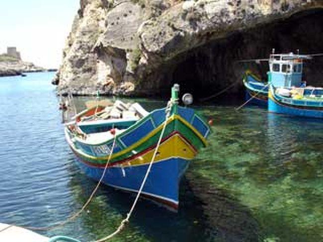 マルタ共和国は、マルタ本島、ゴゾ島、コミノ島、そしていくつかの無人島からなっている。マルタ本島も非常に海が美しいのだが、なかでもとりわけ美しいのはゴゾ・コミノ島だ。<br /><br />ゴゾ・コミノ島とも、観光スポットへの島内のバスは少ない。<br />最大の目玉であるジュガンティーヤ遺跡へは午前中のみ、しかも一時間に一本という不便さ。この暑さでバスの時刻を気にしながら島内観光をするのは難しいと思い、ゴゾ島を一日かけて巡るツアーに申し込んだ。おかげで、非常に楽で楽しい一日となった。<br /><br />詳細は下記をご覧ください!<br /><br />★このときの旅ブログ http://blog.e-tabinet.com/live1/index.php?itemid=362&catid=32<br />★私の本サイト http://www.red-pepper.jp/