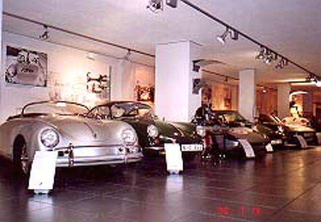 シュトゥットガルトにあるポルシェ博物館に行きました。<br />かなり(というか相当)小ぶりな博物館ですが、工場内にあるので周りには納車前の新車もたくさんいます。