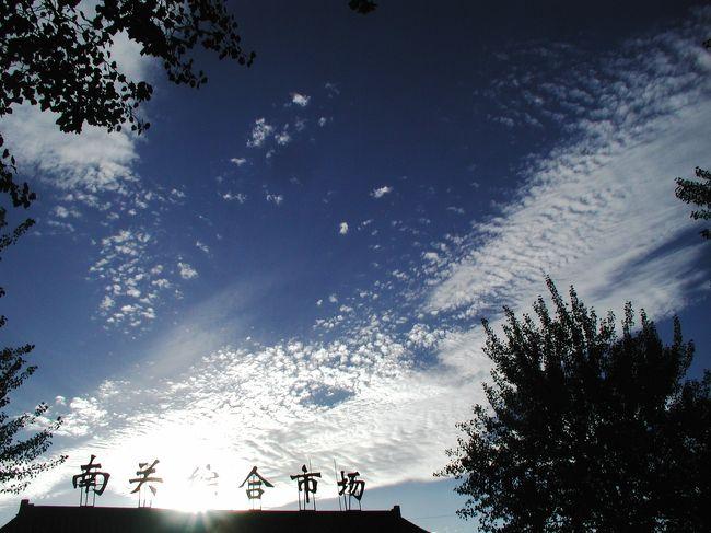 """その日その日で変化するその形。<br />基本的には敦煌の象徴である""""飛天""""のような形をしているモノが多く、みんなで大空を飛び回っているような感じがした。<br />時折現れる鳳凰や大鷲のようなモノも、その彩りに花を添えている。<br />(一部、敦煌ではなく嘉峪関も含みます)<br />"""