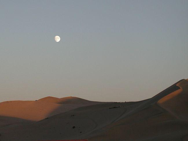 """今日は中秋の名月。中国では""""中秋節""""と言います。<br />この日、日本では月見団子を食べますが、中国では皆さんご存じの月餅を食べます。<br />で、我々は「月」と言えば「砂漠」、中国で「十五夜」と言えば「月餅」と言う事で、<br />月餅とミネラルウオーターを持って、敦煌では砂漠の代名詞「鳴沙山」に出掛けたのでした。<br />(画像は敦煌山荘から観た鳴沙山)"""