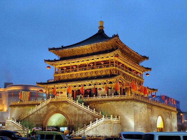 シルクロードの足跡~西安-敦煌-北京~<br />2003年春、退職者ツアー第2弾として企画したこのツアー、所がSARS襲来で参加者が激減。。。<br />しかし、果敢にも3名の方から参加希望戴き遂行しました。<br />前回の三峡もそうですが、元々我々が行くつもりで決めた旅行先なので、参加者が無くても特に問題は無いのですが、知った者同士、もう少し多くても楽しかったでしょうね。<br />どこへ行ってもガラガラだった事が印象的だった。<br /><br />では、先ずは西安から。