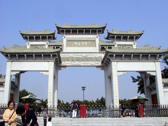 1997年9月に中国駐在を終えた後、初めて行く広州は6年ぶり。。。<br />何の用事で行ったのかを、今となっては思い出せないのだけど、爺ぃの親戚連中から「おいでおいで」と言い続けられているウチに、行かなくてはならないという義務感に苛まれた結果かと・・・(~_~;<br />なので、広州市ではなく、番禺区(番禺市だったがその頃に広州市番禺区となったそうです)に、19日から23日まで居りた。<br />滞在中、21日には番禺で有名な観光施設、「寶墨園」へ行って来ました。小さな庭園内で繰り広げられる、昔を思わせる建物や庭園の造りに圧倒されながら楽しんできました。中にある博物館のような展示室は、下手な博物館よりも充実していました。<br />