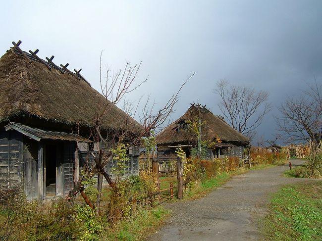庄内平野の奥座敷、湯田川温泉。みぞれの降るなか、つかの間の紅葉狩りでした。表紙は蝉しぐれのロケセット。