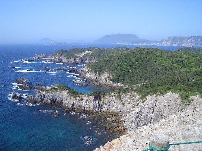 伊豆諸島の一つ、式根島をぶらり一人旅してきました。<br />キャンプをしながら無料の温泉につかったり、海に潜ったり、狭い(3.9k?、千代田区や文京区の3分の1程度)ながらも充分に堪能することが出来る素晴らしい島です。<br />東京の竹芝桟橋を夜に出発して翌朝到着。<br />初日はテントサイト近辺をブラブラして、2日目に西部の山の中を歩きました。