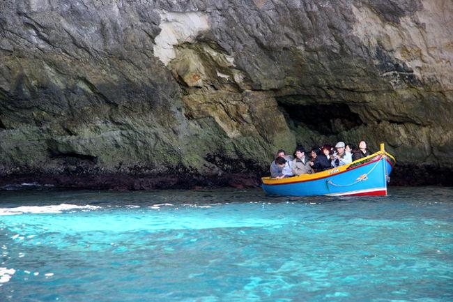地中海の中心に浮かぶ小島・マルタ共和国へ行ってきました。ロンドン経由のヴァージンアトランティック航空。成田から約15Hr。マルタの年間旅行客は約120万人。そのうち日本人観光客は僅か10,000人程度のマイナーな処。しかし此処は知られざる穴場!美しい地中海、蒼い海の色・・カプリ島の「青の洞窟」に勝るとも劣らないと云われるマルタの「青の洞門」。これは素晴らしい!また此処には世界遺産が3つもある。BC 3,500年に遡る巨石神殿や聖ヨハネ騎士団の活躍の歴史・・見るところが沢山ある。今から人気上昇は間違いない!素晴らしい処であった・・<br /><br /><br /><br />詳細は<br />http://yoshiokan.5.pro.tok2.com/<br />旅いつまでも・・★画像で見る旅行記<br /><br />をご覧下さい。