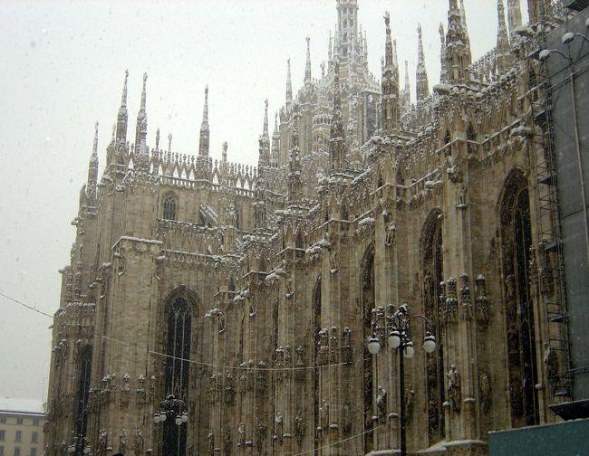 この日のミラノは大雪!なんと40年振りの大雪という事で。<br />初めてのミラノを歴史的な日に訪れる事が出来ました。