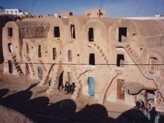 紀元前の遺跡や沙漠の中で生活する人々