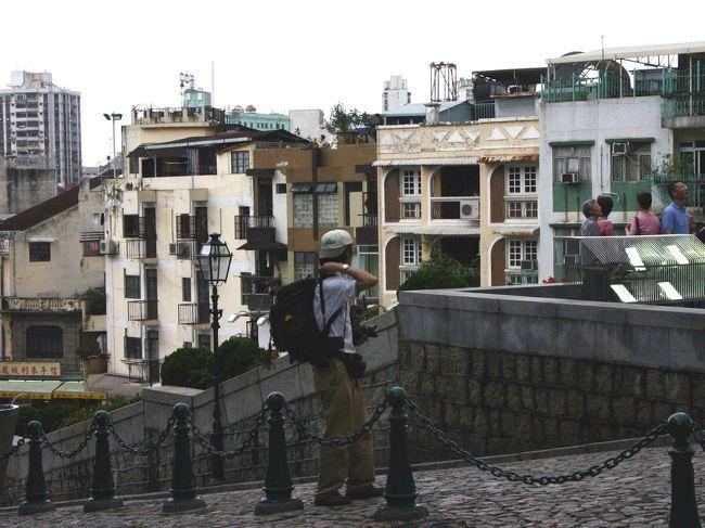 今回で香港澳門紀行は最終回です。<br />澳門の旅は、時間の都合で一ヶ所しか回れませんでしたが、その分、重点的に見る事が出来ました。<br /><br />爺ぃの息子が撮った扉頁写真の人物はこまです。(^^;ゞ<br />腕に光るモーリスラクロアのクロネオが、<br />あんまり似合ってないのが玉に瑕・・・(;_;<br /><br />では、聖ポール天主堂と町の様子をお楽しみ下さい。
