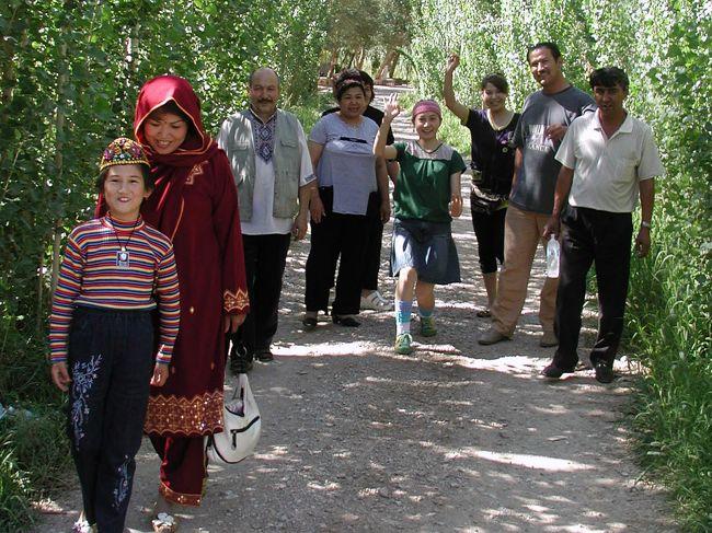 前々から、維吾爾人の司馬義さんに、「今、土耳其(トルコ)から親戚が来ているから、どこかで写真撮ってね」と言われていました。<br />8月14日、「明日、鳴沙山で撮って欲しい」とのリクエストが。。。<br />真夏のクソ暑い真っ昼間に、炎天下の鳴沙山へ行くそうな。。。<br />写真など殆ど撮ったりする事がない彼等なので、引き受ける事にしました。<br />結構な人数の親戚が来ているので、どんな感じになるのか期待と不安で一杯です。<br /><br />では、当日の様子をお楽しみ下さい。