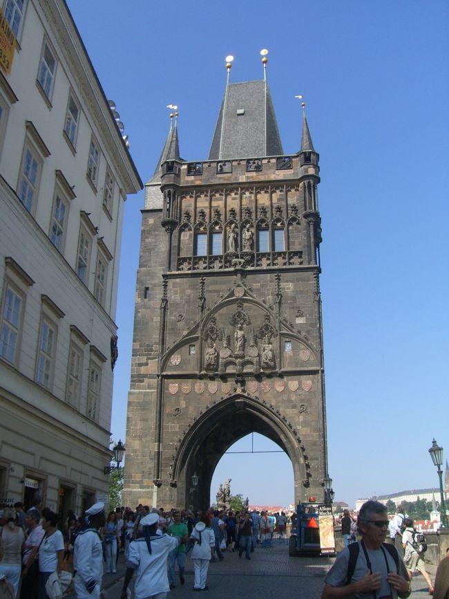 "<br />【プラハ カレル橋】<br /><br /><br /><br /><br /><br /><br />プラハで一番古い600年の歴史を持つカレル橋<br /><br />ヴァルタヴァ川にかかる""カレル橋""<br />12世紀には橋が建築され、当時は木造でしたがその後、<br />石の橋になって洪水で流され・・・14世紀頃のカレル4世王の<br />命令で60年の歳月をかけて強固な石橋が完成!"