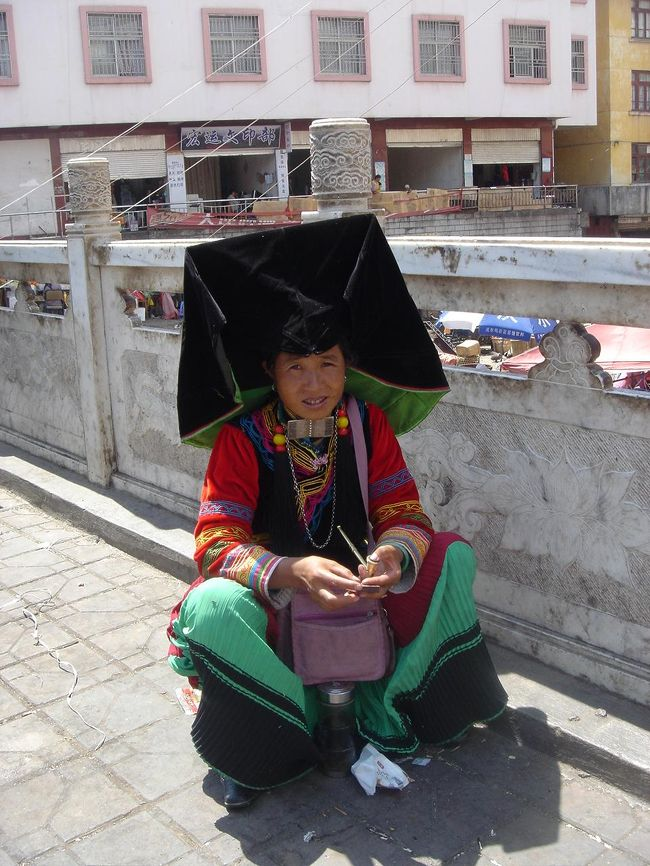 民族衣装を着た少数民族をどうしても見たくてニンランに行ってきました。お年寄りがメインですが、手作りの見事な刺繍を施した民族衣装を纏った女性達がたくさんいました。<br /> イ族といって、特徴的な形をした四角いベルベットの帽子を被っています。<br /> この格好で市場の商売や子守や家畜の世話、農作業をしています。動きにくくないのかしら?確かに、日焼け予防には最適って感じだけど…。写真はありませんが、たまに街角でカポっと帽子を外して、おもむろに被りなおします。<br />