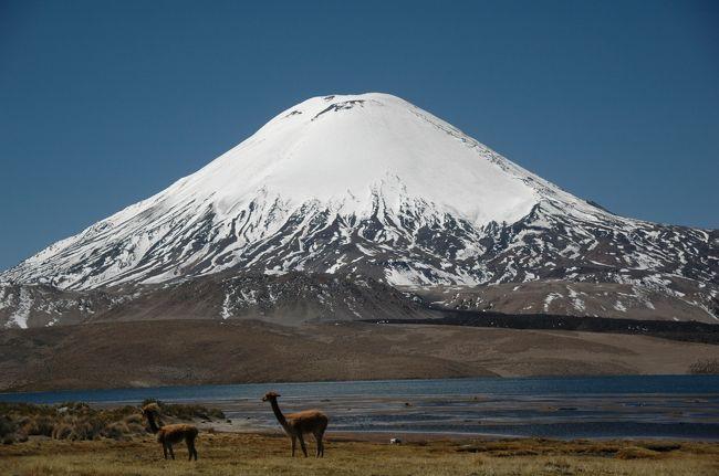 ペルー・タクナから陸路で<br />チリ・アリカに行ってみた。<br /><br />ペルー国境から<br />数十キロしか離れてないのに、<br />もとはペルーの領土だったのに、<br />なのに、<br />アリカは料理も町のキレイさも<br />全然違ってた。<br /><br />チリ入国時は<br />車ごと消毒液につかっちゃうのに、<br />ペルー入国時はノーチェック。<br /><br />そんなこんなの、<br />近いのに違ったチリの旅。