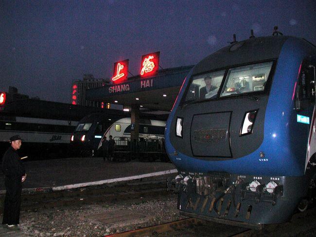 4月に新たに開通した、上海-北京Z次直達列車に乗って出張に行ってきました。<br /><br />5月に北京へ行く用事があり、丁度先月開通したと言う「Z次」直達列車で行く事にした。<br />一週間前に予約。画家爺ぃさんと爺ぃの長男とで3人分でしたが、何のストレスもなくすんなりOK。<br />観光シーズン到来と共に「票很緊張(チケット取り難い)」かな?と思ってみたものの、一寸高めの軟臥コンパートメントは、そうは満員にはならない様子。<br /><br />では、何が待っているのかいざ出発!<br /><br />画像は、その'Z次跨越直達列車'<br />5便有る全てが19時から30分間で発車するので、写真は夜しか撮れず暗くて済みません。