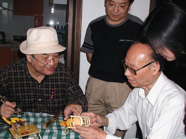 今回、Z次直達列車に乗って訪れた北京。<br />北京で何時もお世話になる人民日報の老編集長で、画家爺ぃさんの友人に、「方成先生在日報宿舎住,想不想見見他?」と言われ、爺ぃと長男は目が爛々。<br />名前くらいしか知らないこまは、後をついて行くだけ。<br /><br />出会ったおじさんは86歳と言う。(爺ぃより20歳年上)<br />でも、その元気なお姿からは、その年齢を感じさせない元気で明るく気さくな方。<br />日本の有名人もこうであって欲しい・・と感じさせられた。