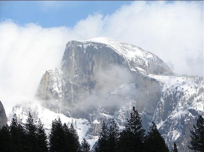 雪の日のヨセミテをご紹介します<br /><br />夏のヨセミテが最高にきれいなのは誰もが周知のところだが、冬の雪に埋もれたヨセミテもまた格別である。<br /><br />最初に車から降り立って眺めたのがトンネルビューからのヨセミテ。そこには冬の厳しさに閉ざされたヨセミテがあった。<br /><br />ヨセミテバレー内は除雪作業が施されいつでも車で走行可能だが、グレイシャーポイントやタイオガ通り、マリポサグローブなどは全面閉鎖となる。<br /><br />今回はヨセミテバレー内の雪の日のヨセミテをいくつか写真に収めましたのでご覧下さい。<br />
