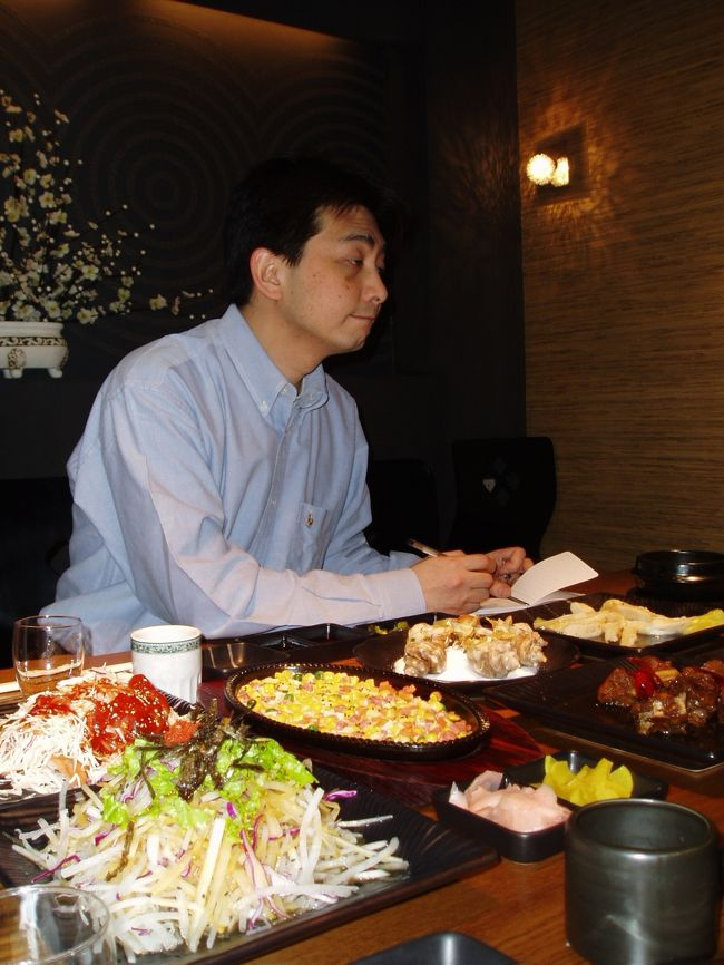 """2005年4月7日(金)、瀋陽から翌日の延辺日本人会設立大会に参加する為に駆けつけてくれたFさんと食事をする機会をもちました。<br /><br />Fさんは最近瀋陽に支局を開設した某会社の代表者。お話を聞く中でなんと新婚旅行が98年2月""""延辺の三国国境地帯""""だったという話を聞きました。とても寒かったらしく奥様とともに忘れられない新婚旅行になったそうです。<br /><br />ここまで延辺を愛する日本人はこれまでいたでしょうか?また一人""""延辺盛り上げ隊""""の隊員が増えたようでとても嬉しくなりました。"""