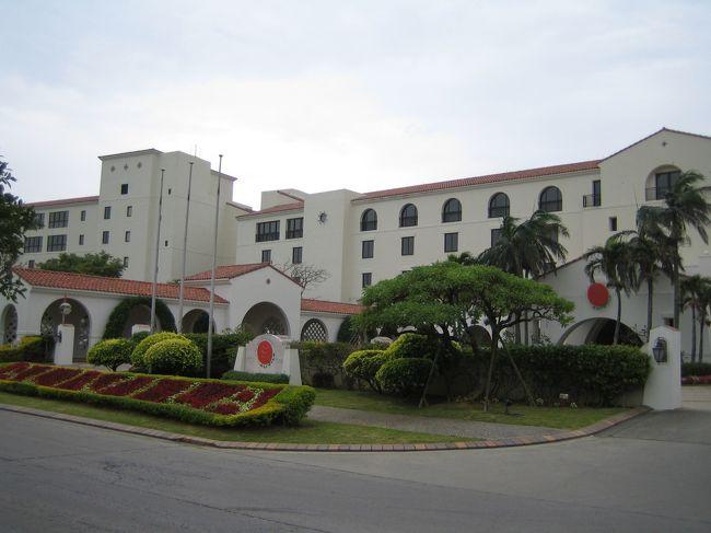 JAL TOURSの「ふらり」のツアーで日航アリビラ(沖縄)に行ってきました。今回のツアー代金はすべてJALマイレージのIC利用クーポンでの支払いだったため実質的には無料でした。特典航空券を使ってもよかったのですが、沖縄のリゾートホテルを個人手配すると結構高くつくので今回はツアー代金として充当しました。特典航空券のように航空券が取りにくいということもないし、何たってマイルを使ってツアーを利用しているのにちゃんとマイルも新たに貯まります。今回もキャンペーン等を含め4000マイルちょっと貯まりました。でもいいことばかりではありません。クーポンをツアー代金に充当した場合、一切、変更や取消はできないようです。急にキャンセルとなっても1マイルも戻ってこないみたいです。今後、利用される方はご注意を。<br />さて旅行の方ですが、あいにくの天気で沖縄に滞在中、一度も太陽を見ることはありませんでした(泣)。しかし最近は旅行に行って天候に恵まれたことがほとんどありません。自分の天気運のなさには呆れます。