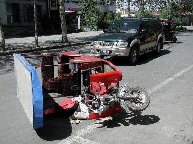 キーーーー・・・<br />ガシャァアア。。。<br /><br />何かがぶつかった音が、家にいたこまに届く。<br /><br /><br />出てみると、RV車と三輪オートが残されていた。<br />近くにいたRV車の運転手が、写真を撮るこまに文句を言う。<br />「あんた、何の権利があってそんな事言えるの」<br />一言二言言い返したが、すでに気分が良くないので、少しだけ撮って止めにした。