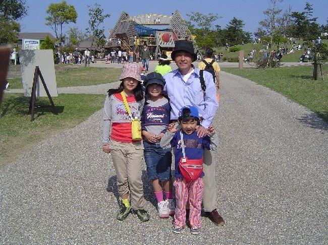砂丘で遊んだあとは、こどもたちのお楽しみタイム<br /><br /><br />こども王国で遊んできました。<br /><br />連休中なので、イベントもあって。。。<br /><br />中国獅子舞・打吹太鼓・打吹童子ばやし 5月4日(木) <br />鳥取県中部で活躍されているみなさんによる華やかな芸能ステージです。<br />1回目/11:00〜 2回目/14:00〜 ○会場/こども広場 <br /><br />こどもまつり 5月5日(こどもの日) <br />こどもの日はこどもまつり開催!!楽しいこといっぱいあるよ!<br />★エレクトーンコンサート<br />こどもから大人までみんなで楽しめるコンサート<br />□10:30〜□13:00〜□15:00〜 ○会場/こども広場<br />★わんわん大サーカス<br />わんちゃん達がいろいろな芸を披露します。<br />1回目/11:00〜 2回目/14:00〜 ○会場/イベント広場<br />★春のファミリー運動会<br />いろいろなゲームでお父さんもお母さんも一緒に体をおもいっきり動かそう!<br />1回目/10:30〜 2回目/13:30〜 ○会場/イベント広場上手 <br /><br />