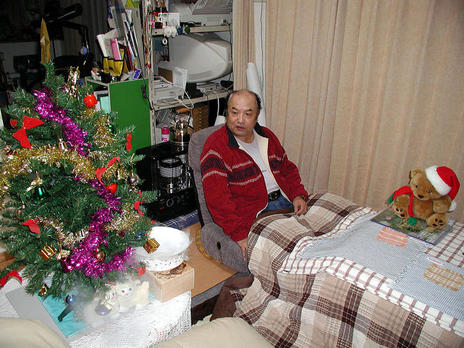 今回は、爺ぃが来日中に聖誕節(クリスマス)を迎えました。<br />ささやかですが、家中にあるクリスマスグッズを出して飾り付け、唱うくまさんにも頑張って貰いました。<br /><br />しかし・・・以前、ハードディスクが壊れた時、写真の殆どが行方知れずになったようです・・・(;_;<br />ホルダーはあるけど、画像一枚と動画一枚。。。
