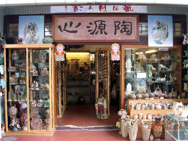 広東省佛山市、中国では人物や動物の焼き物で有名な町です。<br /><br />前回、2年前の6月に訪問以来、かなり久しぶりでしたが、街に変化はなく、安心して見て回る事が出来ました。<br />今回は、爺ぃの次男の奥さん側親戚が、鍾馗と門神(玄関先の仁王像みたいなヤツ)を見たいと言うので、その案内役としての訪問です。<br />彼は皆から「肥老(ふぇぃらぉ:太ったボス)」と呼ばれています。(^^;<br />(広州では通常に使われる言葉。軽蔑や差別では無く、敬称に値します)