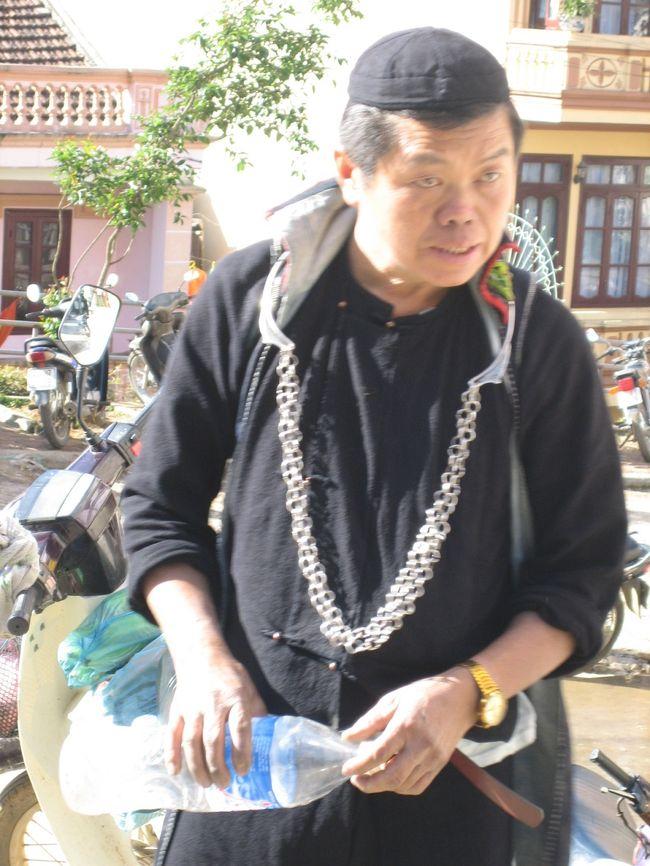 アジアの市場は現地の生活が垣間見られるのでおもしろい。<br />高原の町サパは野菜が比較的豊富だが、種類では中国の市場には及ばないかも。<br />サパの市場では黒い衣装を着たモン族の老若男女に会えるのでお勧め。<br />1階は野菜など食品を売っている。2階では刺繍製品などを売るエリアがあるので、お土産調達も可能。<br /><br />
