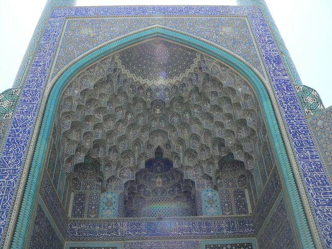 イスファハンのヴァーンク教会、鳩の小屋、ハージュ橋、チュービー橋、33アーチ橋、エマーム広場、アーリー・ガープー宮殿、シエイク・ロトフォッラー・モスク、マスジェデ・エマーム・モスク、チャヘル・ソトゥン宮殿、マスジェデ・ジャーメを、巡った旅行記です。<br /><br />イスファハンは、イラン高原最大の川、ザーヤンデ川の中流に位置し、歴史と芸術の都だ。イスファハンの栄華は、1597年サファヴィー朝の王、アッバース大帝がこの地を首都に定めたことに端を発している。<br /><br />17世紀にヨーロッパから訪れた商人や外交使節は、この町に賞賛を惜しまなかった。あの有名な「イスファハンは地球の半分」という言葉が生まれた。エマーム広場は、中国北京の赤の広場の次に大きい広場だと言うが、期待が大きすぎたためか、感動があまりない。<br /><br />イスファハンは、とても治安の良い町で時間があったら、町の散策やチャーイハーネでゆっくり時間を過ごしたい。現地の人は皆明るく、親切です、交流も楽しもう。<br /><br /><br />